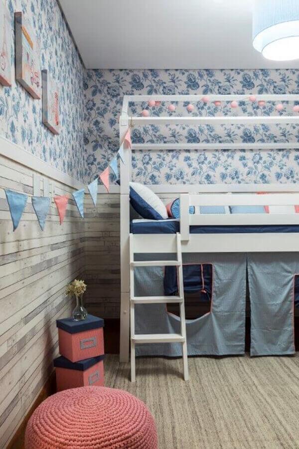 Quarto infantil planejado com papel de parede floral
