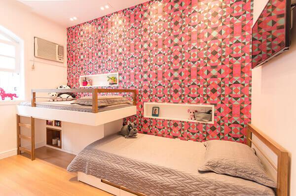 Quarto infantil planejado com papel de parede vermelho e duas camas