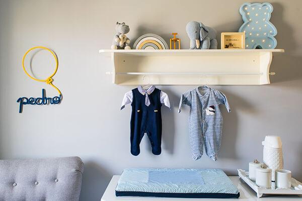 Quarto infantil planejado com roupinha de bebê pendurada