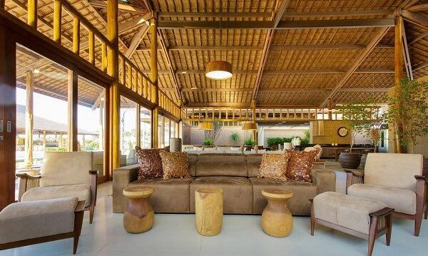teto é formado com tipos de telhas de cerâmica