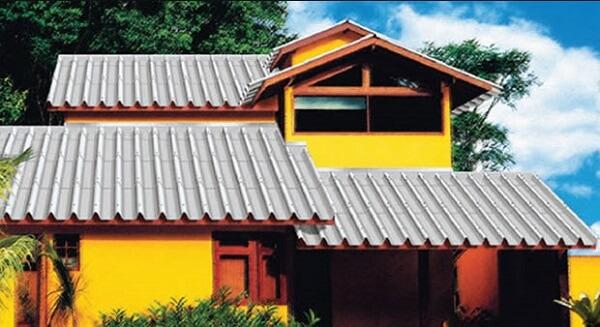 Telhado feito de telha de calhetão
