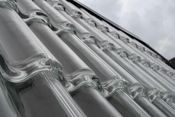 Outro exemplar de tipos de telhas transparentes é a telha de vidro