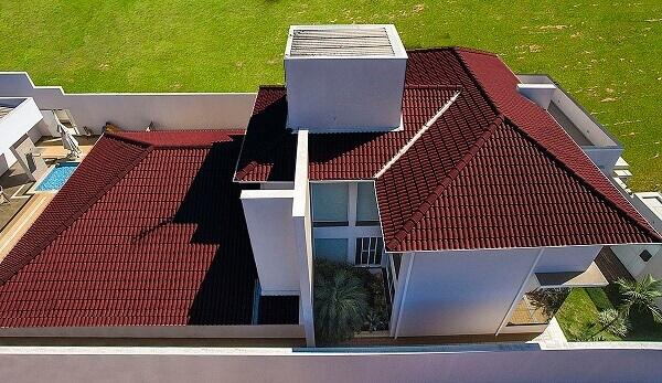 Telhado com tipos de telhas esmaltadas