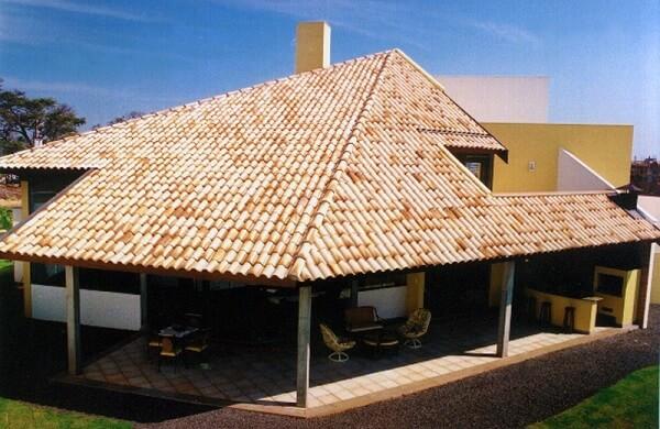 Telhado formado com tipos de telhas de cerâmica