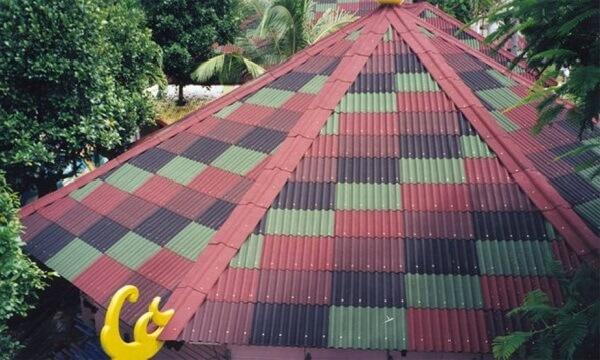 Telhado formado com tipos de telhas de fibra vegetal