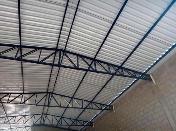 Telhado formado com tipos de telhas metálicas