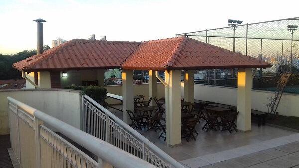 Um dos tipos de telhas mais usados em áreas gourmet é o de cerâmica