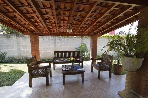 Varanda com telhado formado por tipos de telhas de cerâmica