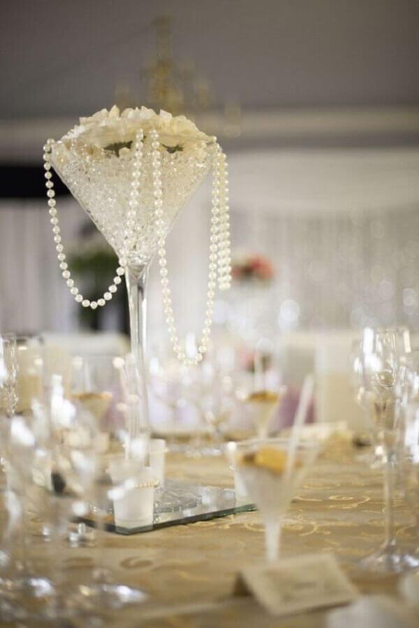 arranjo com pérolas e rosas brancas para decoração bodas de pérola  Foto Hasshe