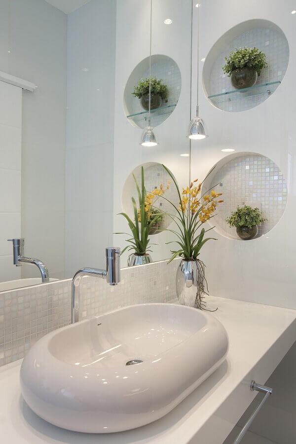 banheiro decorado com nichos redondos embutidos Foto Pinterest