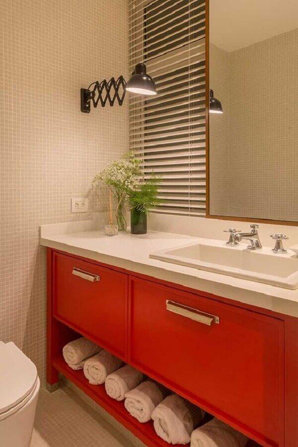 banheiro vermelho decorado com pastilhas e luminária preta Foto Pinterest