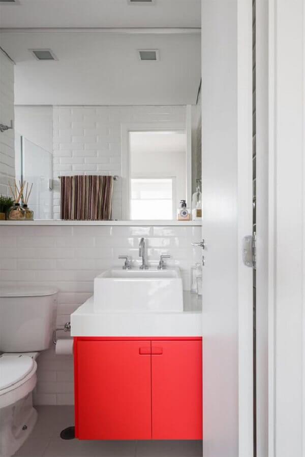 banheiro vermelho e branco decorado com gabinete pequeno e subway tile Foto limaonagua