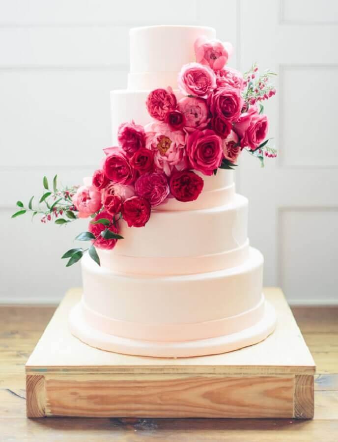 bolo bodas de pérola decorado com flores rosa Foto Weddbook