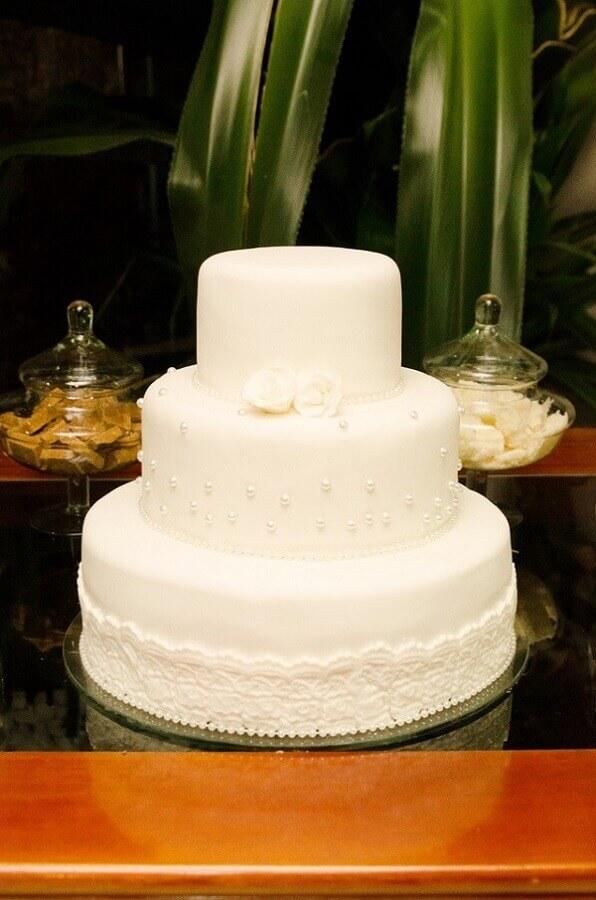 bolo bodas de pérola decorado com renda e pérolas  Foto Juliana Rangel