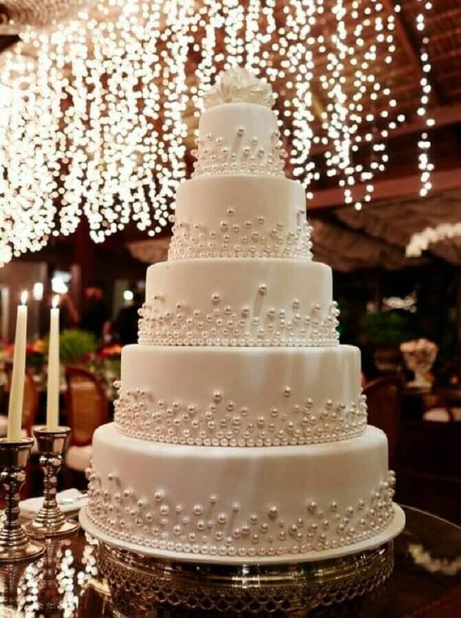 bolo bodas de pérola todo branco 5 andares decorado com pérolas Foto Pinterest