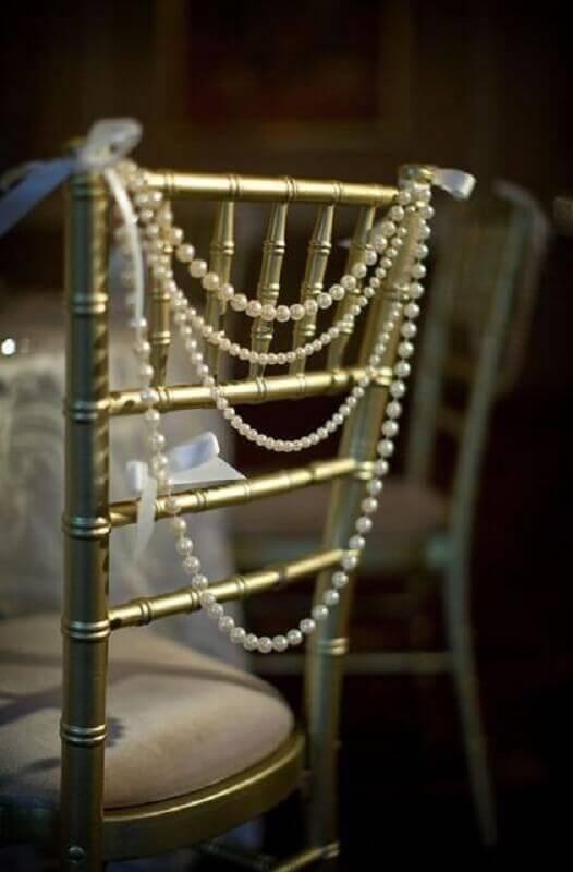 cadeira decorada com pérolas para bodas de pérolas Foto Quinceanera