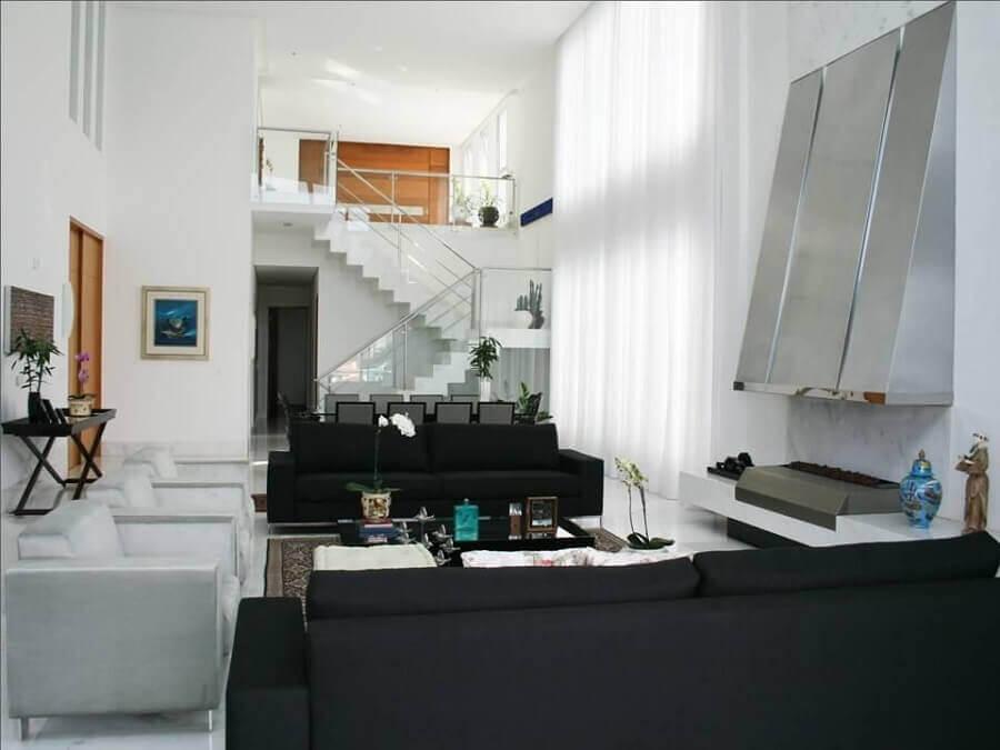 casa ampla decorada com sofá preto e mezanino Foto Luciane Leal