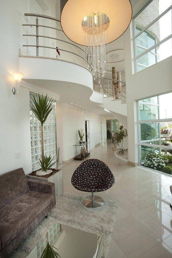 casa sofisticada decorada com lustre de cristal e mezanino Foto Aquiles Nicolas Kílaris
