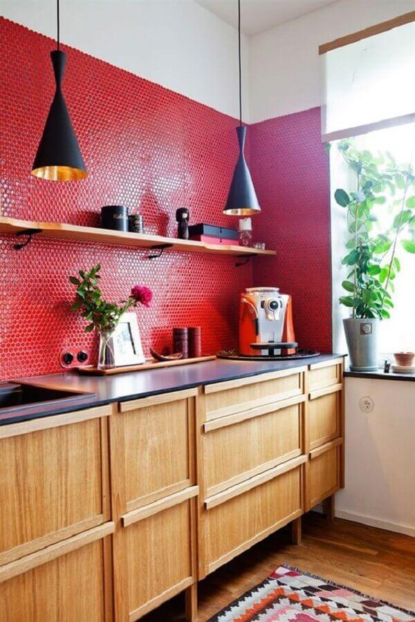 cozinha vermelha decorada com armário planejado de madeira e luminária preta Foto Neu dekoration stile