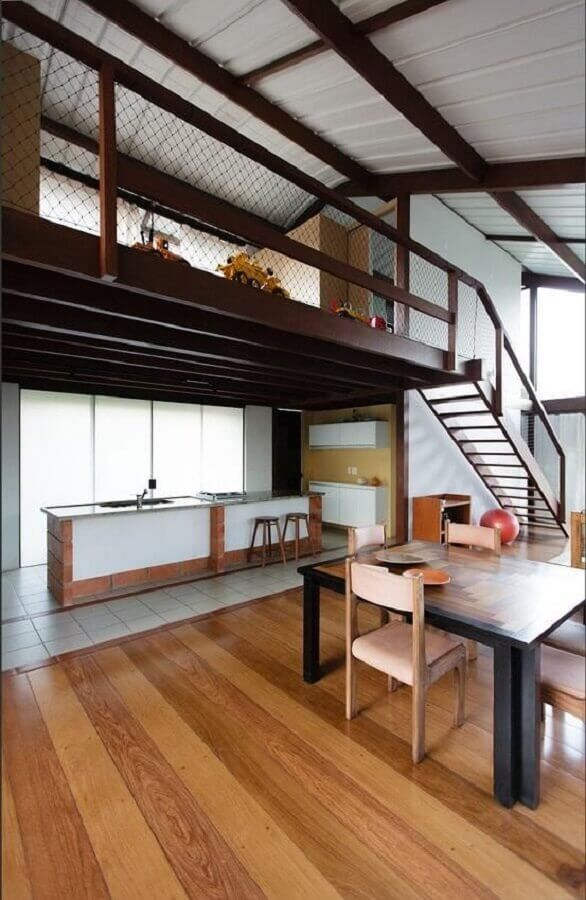 decoração ambientes compartilhados com mezanino de madeira Foto Marina Bellusci