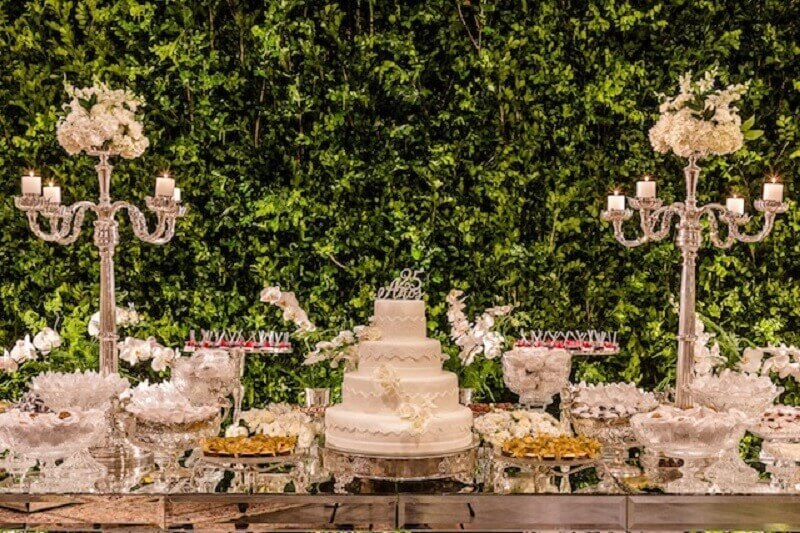 decoração bodas de pérola com painel de folhagens  Foto Vestida de Noiva