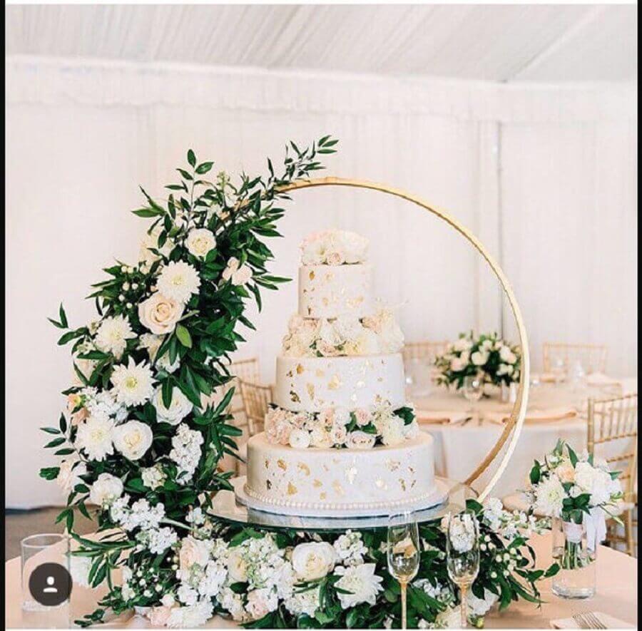 decoração bodas de pérola com rosas brancas em aro dourado Foto Etsy