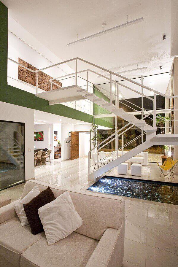 decoração casa ampla com mezanino com escadas metálicas Foto FC Studio