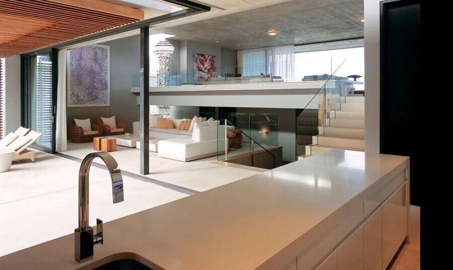 decoração casas sofisticada com mezanino integrando ambientes Foto André Arquimagens