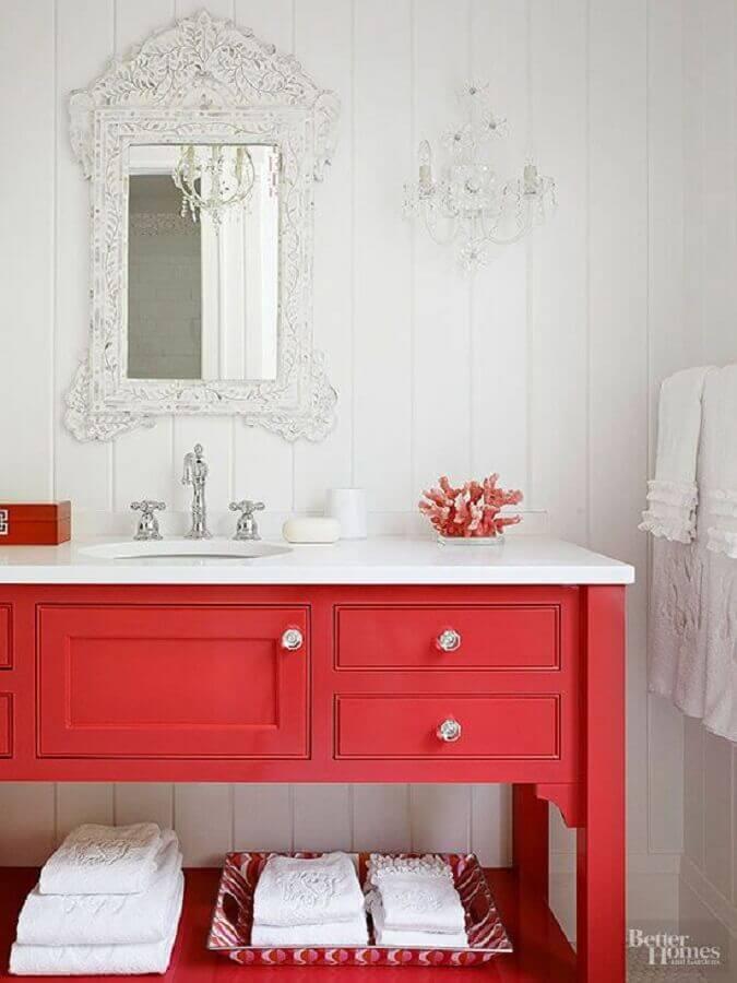 decoração clássica para banheiro vermelho e branco com espelho provençal Foto Better Homes