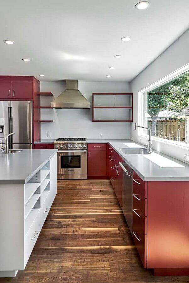 decoração com armário de cozinha vermelho com piso de madeira e ilha Foto Pinterest