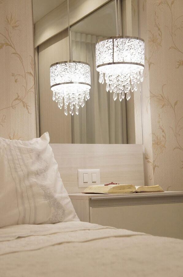 decoração com lustre de cristal para quarto de casal Foto Aaron Guide