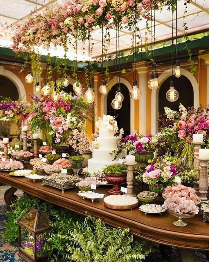 decoração com muitas flores para mesa de bodas de pérola festa  Foto Why Santa Claus