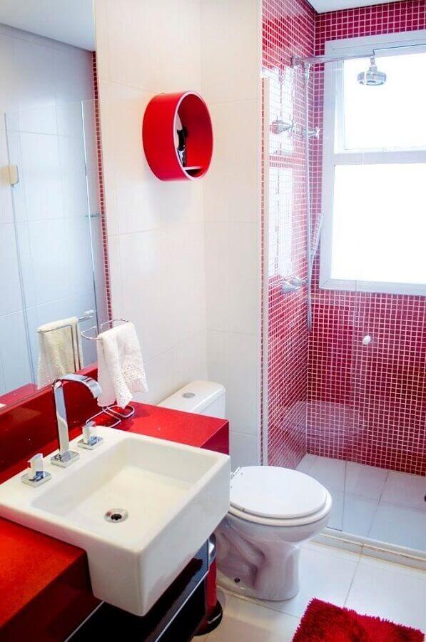 decoração de banheiro branco e vermelho com nicho redondo Foto Battaglia Arquitetura