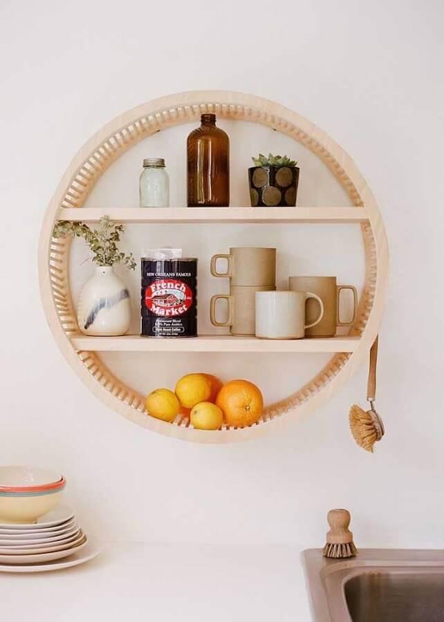 decoração de cozinha com nicho redondo de madeira Foto Urban Outfitters