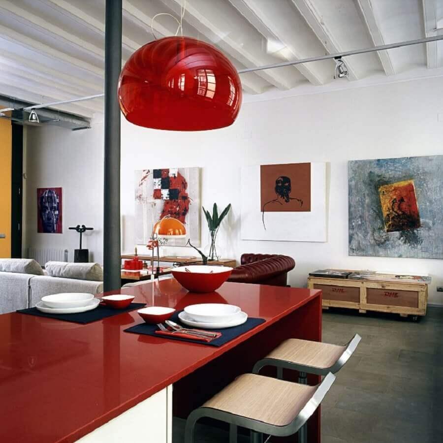 decoração em tons de vermelho com luminária redonda Foto Arcguide