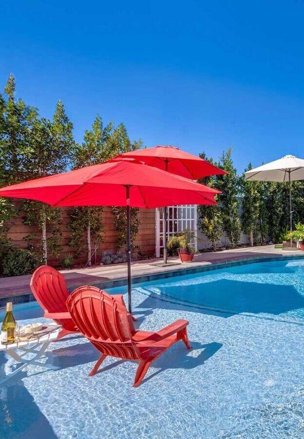 decoração em tons de vermelho para área externa com piscina Foto Mauricio Gebara Arquitetura