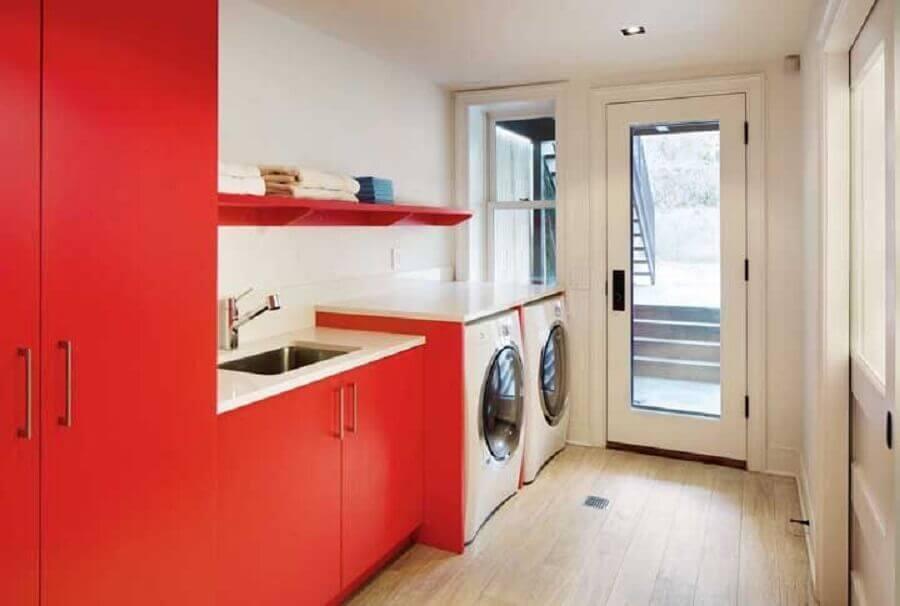 decoração em tons de vermelho para lavanderia planejada Foto Traci Connell Interiors