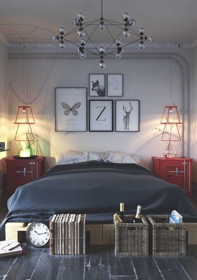decoração em tons de vermelho para quarto cinza com vários quadros na parede Foto Pinosy
