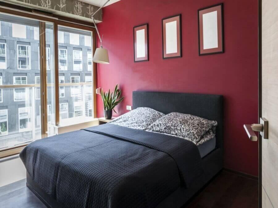 decoração em tons de vermelho para quarto com luminária de teto Foto Casa Chick