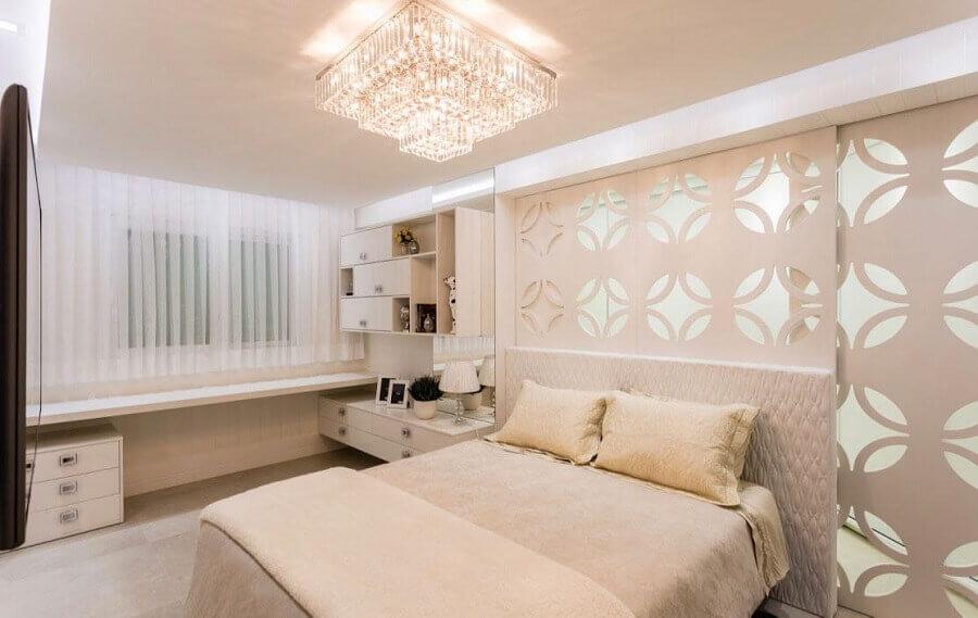 decoração em tons neutros com lustre de cristal para quarto de casal Foto Webcomunica