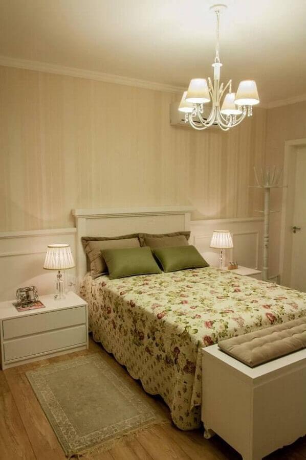 decoração em tons neutros com lustre para quarto Foto Graziela Von Muhlen