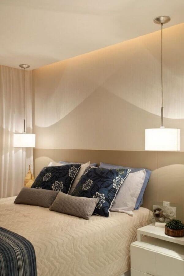decoração em tons neutros com lustre para quarto de casal Foto Aaron Guide
