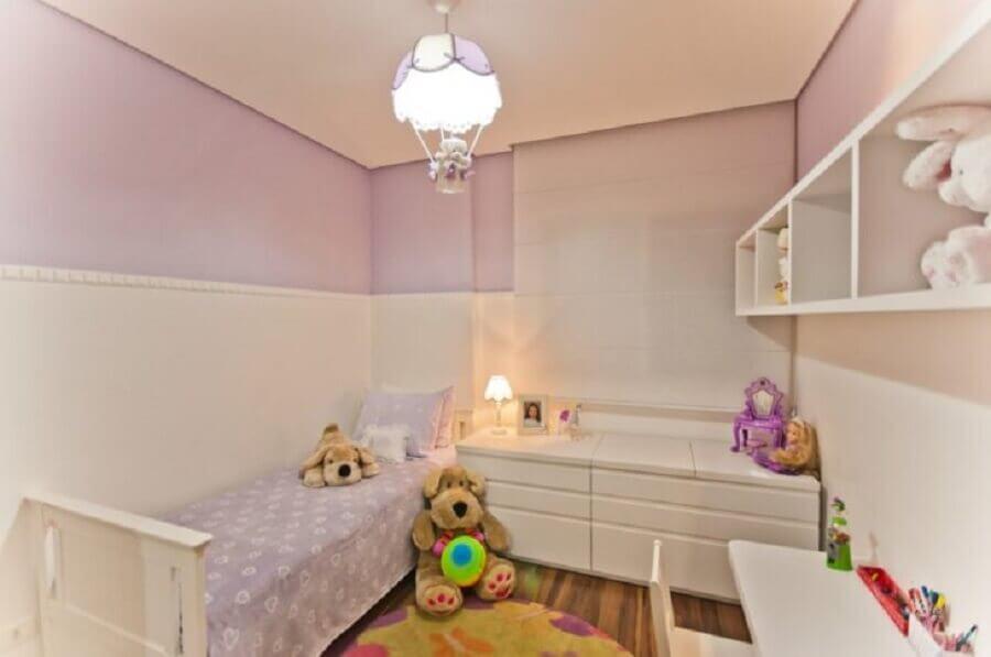 decoração lúdica com lustres para quarto de bebê