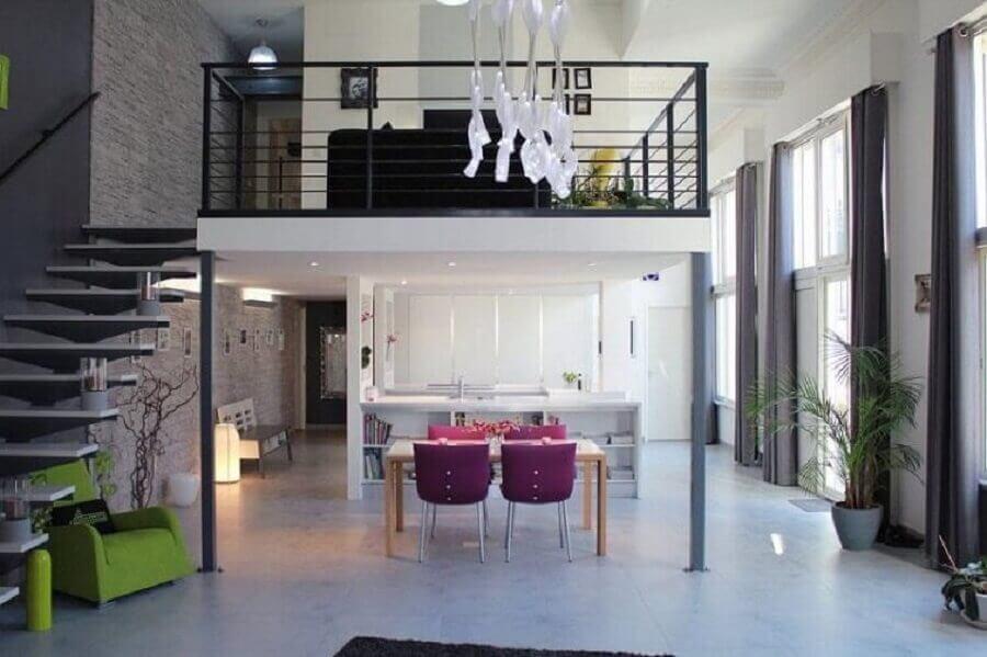 decoração moderna casa com mezanino e guarda corpo preto Foto Neu dekoration stile
