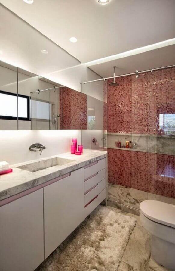 decoração para banheiro com pastilha vermelha e gabinete branco Foto Pinterest