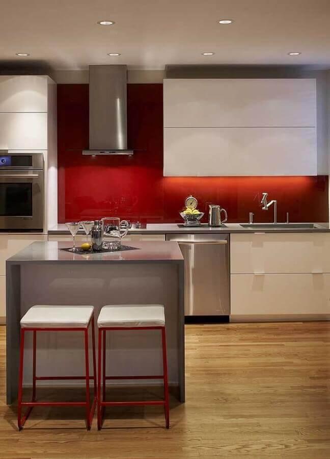 decoração para cozinha vermelha e branca com pequena ilha cinza Foto Pinosy