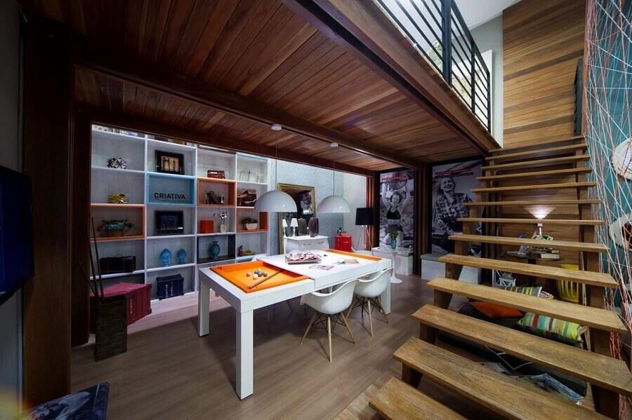 decoração para escritório com mezanino de madeira Foto Rafael Simonazzi