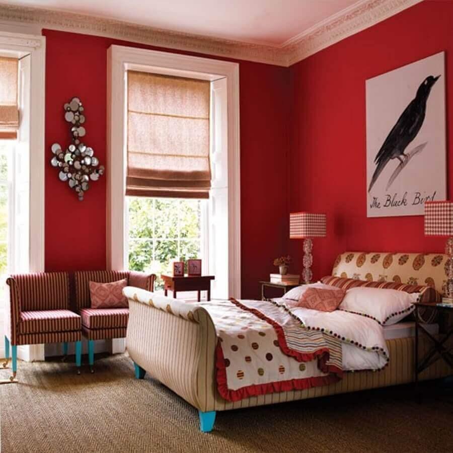 decoração para quarto com parede vermelha e cabeceira estampada Foto Grezu