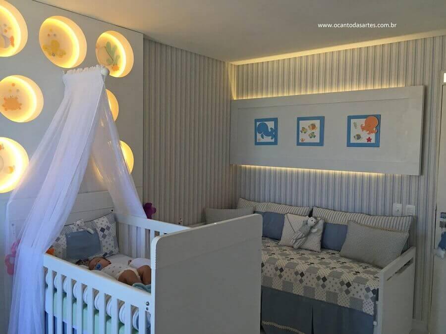 decoração para quarto de bebê com nicho redondo com led e papel de parede listrado Foto Viviana Reis