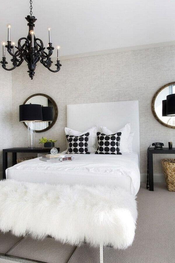 decoração para quarto preto e branco com lustre candelabro Foto Aaron Guide